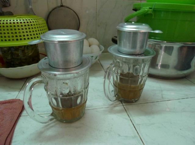 アルミ製フィルターを使った、ベトナムコーヒーの伝統的な淹れ方です。