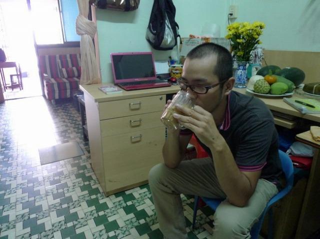 他人の家で飲むカフェスダー(アイスミルクコーヒー)は美味い。