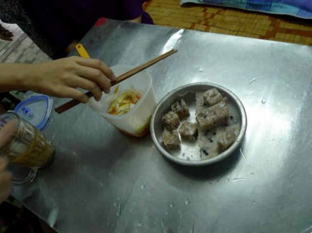 炊いた豚肉をゆで汁ごと冷やし固めたもの、らしい。コーラの缶を使うかどうかは各家庭による。