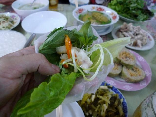 レタスや香草やお肉などをライスペーパーで包んで食べる手巻き生春巻き。