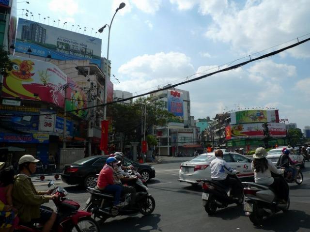 街中の電柱や街灯には国旗が括り付けられ、年末らしくテトを祝う看板で溢れている。