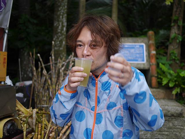 一方、同行していた林さんは泡盛入りのやつを飲んでいた