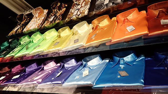 シャツの彩度がはんぱない。