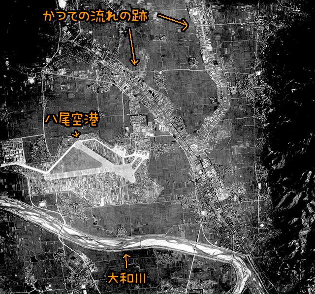 1947年の様子。かつての川の部分が見事に見える。(国土地理院「地図・空中写真閲覧サービス」より・コース番号・M498/写真番号・60/撮影年月日・1947/09/23(昭22)に加筆)