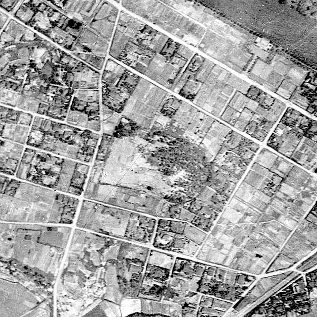 1946年の様子。なんだかだらしなく樹が生えているがまだ古墳としての形を保っている(国土地理院「地図・空中写真閲覧サービス」より・コース番号・M157-A-6/写真番号・186/撮影年月日・1946/06/06(昭21))