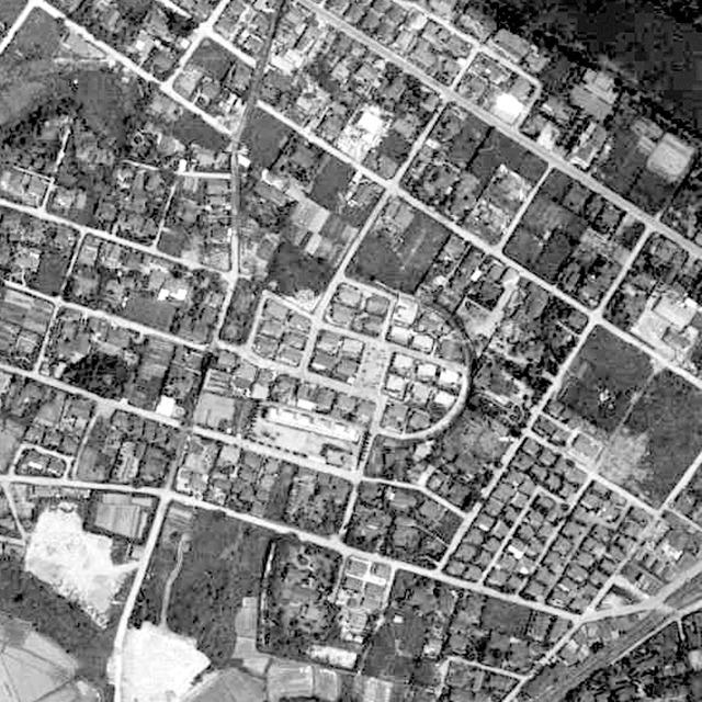 15年後の1961年には平らに造成されて現在と同じような住宅街に(国土地理院「地図・空中写真閲覧サービス」より・整理番号・MKK613/コース番号・C12/写真番号・126/撮影年月日・1961/06/06(昭36))