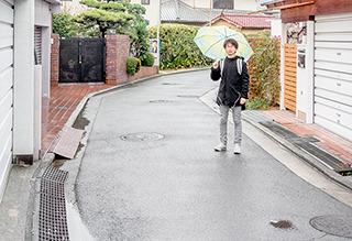 雨の中、古墳カーブで記念撮影した。犬に吠えられた。