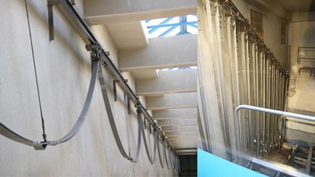 エレベーターの動きと一緒に、カーテンのように伸び、降りると縮む