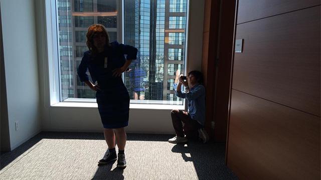 撮影しているようす。ドレスは青だ。