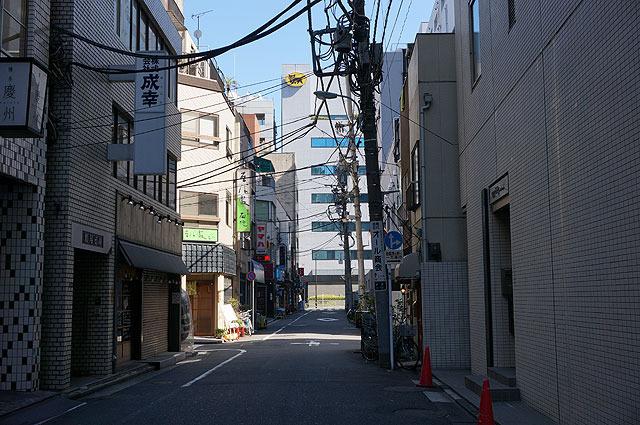 こちらも、建物の壁と比べると右側手前の電柱がはっきり傾いてる