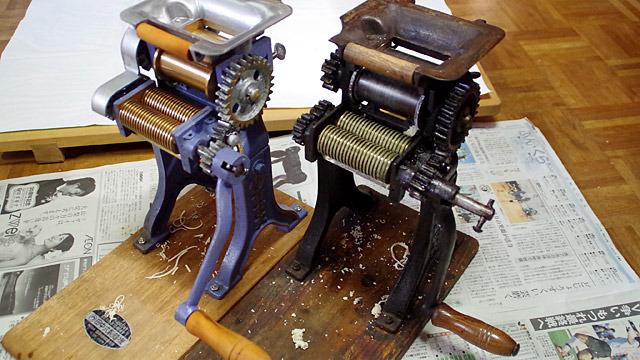 左がほぼ新品状態で、右が約60年使い続けた家庭用製麺機。