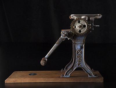 たぶん昭和30~40年代くらいの田中式製麺機。今回の記事ではキーとなる製麺機だ。同じくオカダタカオ大先生による撮影。