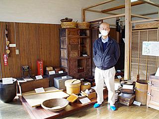 おばあさんが亡くなった昭和41年から納屋に眠る製麺機を、どうしたものかと悩んでいた原田さん。