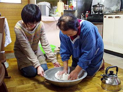 使う粉はやっぱり地粉。塩は加えずにお湯で捏ねるのがおばあちゃんの流儀。
