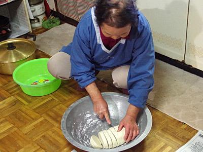 高崎で聞いたコッペパン型の生地をフランスパンみたいに切るっていうのは、こういうことか。