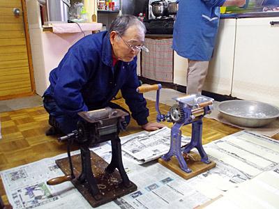 旋盤やドリルを使う仕事をしているおじいさんは、製麺機の構造や素材に興味があるようだ。実に男の人っぽい反応ですね。