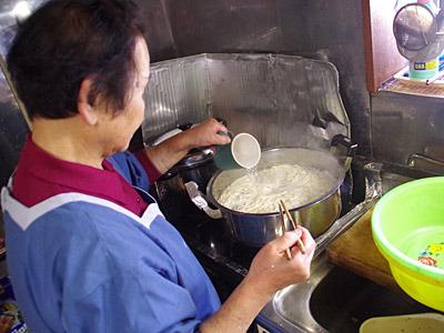 うどんは二度茹でなので、差し水をする。茹ったら水で洗い、一口サイズに丸めていく。