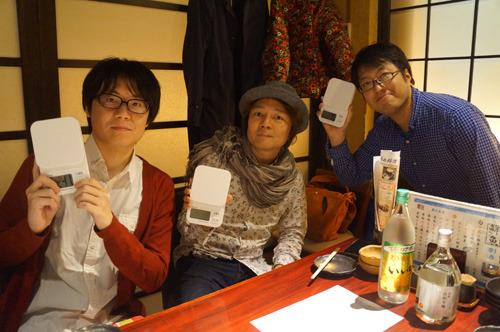 飲む派メンバーは左から当サイト編集部の藤原(小食と思われがちな風貌ですが、普通に食べます)、ウェブマスター林、ライター西村