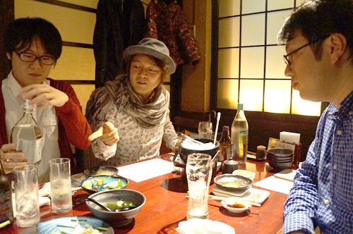 藤原メンバーは刺身のつまをよく食べることで有名。つま一山は4gであった。「魂の重さか!」(林)