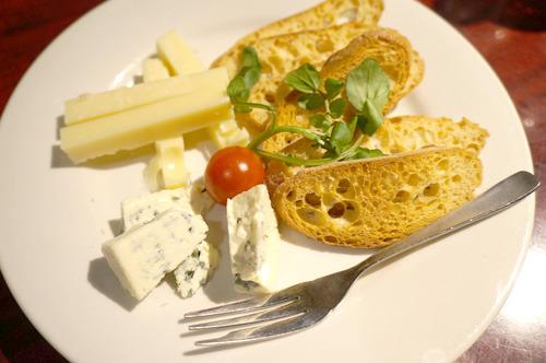 藤原メンバーがオーダーのチーズ盛り合わせには「トムとジェリーみたいな食べ物きたな」と小野メンバー 藤原メンバーがオーダーのチーズ盛り合わせには「トムとジェリーみたいな食べ物きたな」と小野メンバー