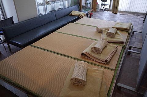 小値賀島のフェリーターミナルにはこんなスペースがある。家か。