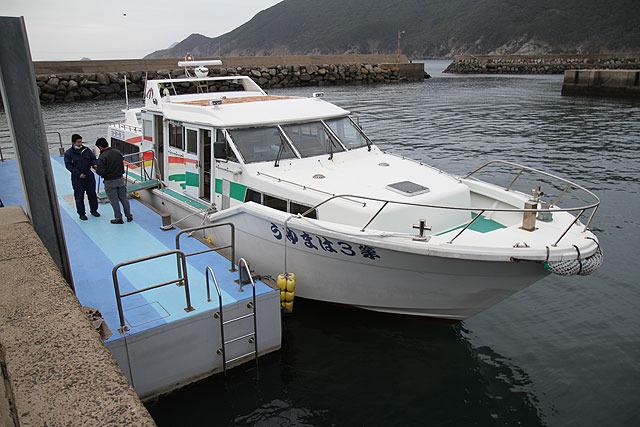 町営船「はまゆう」。行きは「六島」という島に寄るので35分だが帰りは20分。