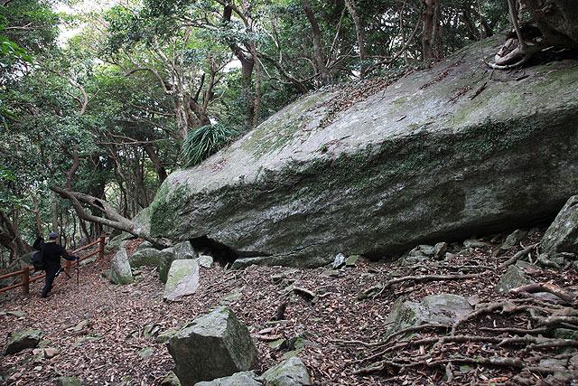 やがて周囲の石がでかくなり、近づいてきた感がしてくる。