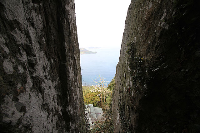 電子コンパスが岩と岩の隙間、神社がある方向を差した。
