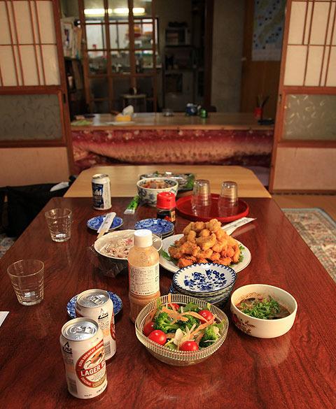 畜産業を営む濱元さん宅におじゃまして夕食を一緒に頂いた。みなぎる実家感。