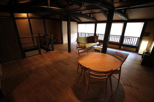 夏は東京などから女性グループが泊まりにくるとのこと。超納得のおしゃれさだ。風呂・トイレなどの設備も充実している。