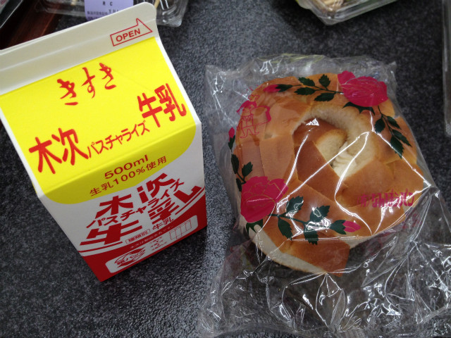 島根県の牛乳(木次牛乳)とパン(バラパン)