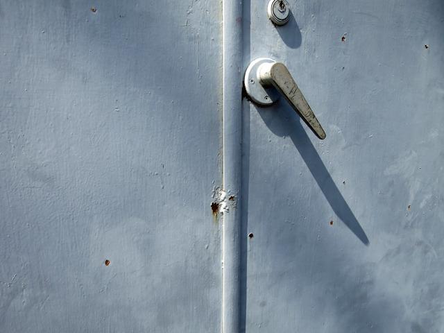 よく見ると扉は溶接されて、現在は使われていないようだ