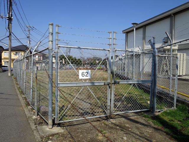しかし僕が反応したのはこっち。フェンスに番号が貼ってある!!