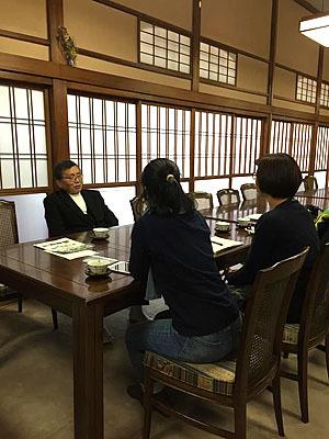 神社の宮司からもお話しを色々聞きます。地域に深くかかわっている方なので興味深い話が聞けます。