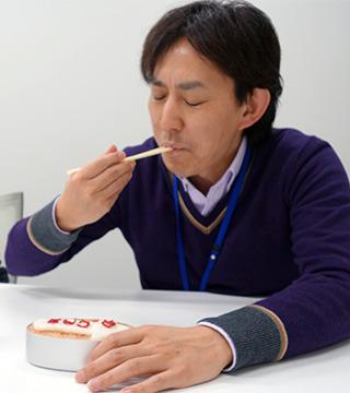ラップの上にごはんをのせて包むと4Kの奥行きを堪能する(もしくはケチャップライスのしょっぱさに耐える)廣井さん