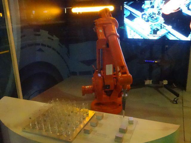 中国の科学館では結構みるロボットアームの自動運転。自信のジャンルだ
