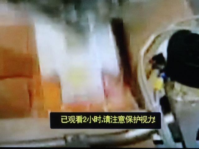 その後ろの説明画面の「2時間見ました、視力保護に注意!」というテレビのメッセージがスマート
