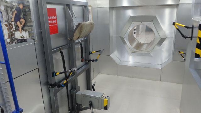 宇宙ステーションの展示。専用の鍛えるマシーンも利用できる。若田さんの写真もあった!