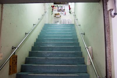 この階段も年期が入ってそう