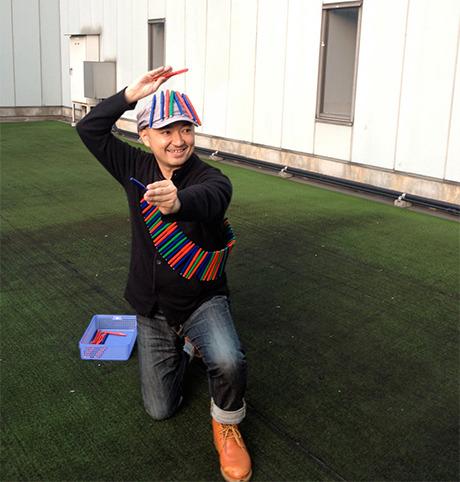 作家ペンを全身に装備した放送作家の古川さん。