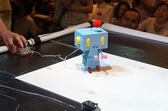 「クーちゃん零号機」。完成度が高く見えるが、タミヤのキットに箱をかぶせただけである。(これに限らずすべてのロボットで、うまく動いているように見えるのはたいていタミヤのキットである。いつしかヘボコンにおいてタミヤは「武器商人」の異名で呼ばれるようになった)