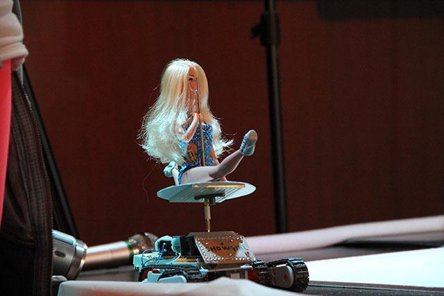 今回のトップ画像のモデル、ポールダンスロボ1号。機体の上で人形が高速回転するという、セクシーよりも狂気を強く感じるロボット