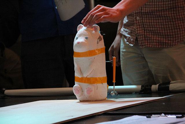 今回のトップ画像もう1体、素熊(しろくま) 。事前情報では「ペットボトルを内蔵した、世界初の飲めるロボット」との触れ込みであったが、汲んだ水を入れっぱなしにして放置してしまったために当日は「飲めないロボット」に。