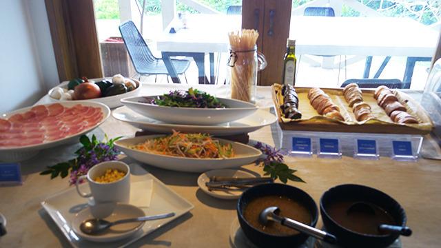 昼間はハーフビュッフェをやっている。メインを選んだあと、パンやサラダやデザート、飲み物が自由にとれる。ワインもあった