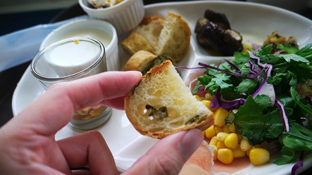 アーサー(あおさ)入りのパン。サラダにはゴーヤが入っていたりパイナップルのドレッシングがあったり、食のなかにも沖縄を感じられる。