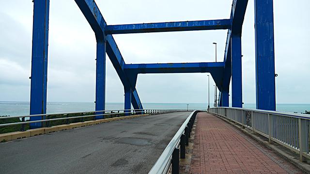 市街地と埋め立てでできた島をつなぐ橋。海のビュースポットだ。