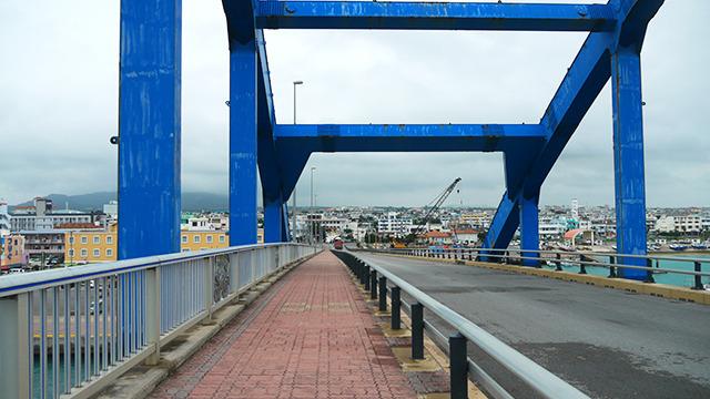 しかしオススメされたのは橋から見る町並み。海の色に合うパステルカラーの建物が可愛い。