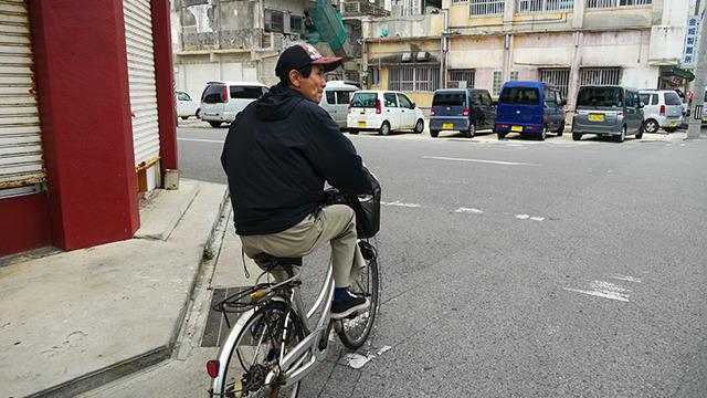 自転車で案内してくれる人登場。ありがたや