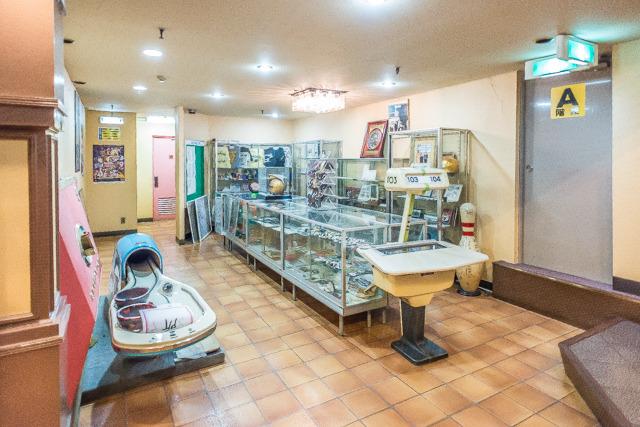 ここが6階のボウリング資料館。日本のボウリング史の資料から各種グッズ・装置が展示されている。