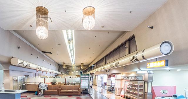 びっくりしたのが、かつてはレーンがあって今はレストランになっている6階のここ。あいかわらずゴージャス感がすてきだが、なんとレーンを撤去せずその上に床を張ったそうだ。つまりこの床材の下にはいまでもレーンがある……! あと左右の空調のデザインがすごーくかっこいい。